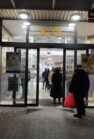 ЧС в Латвии: очередь в магазины, депутата стригут в лесу