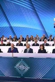 Александр Лукашенко объявил войну смартфонам. Он уверен, что «умные люди» пользуются только кнопочными телефонами