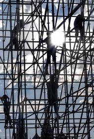 Видео, как в центре Москвы на людей обрушились строительные леса