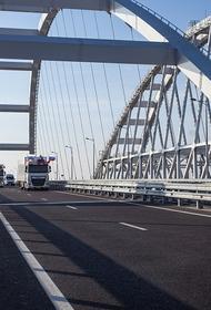 Крымский мост впервые перекрыли из-за сильного снегопада, образовались пробки