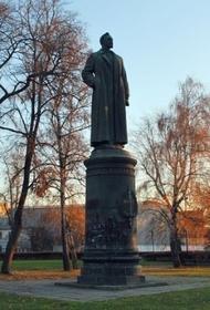 Треть опрошенных москвичей выступают за Лубянку без памятника