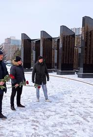 «Бессмертный полк» в Хабаровске возложил цветы к Вечному огню