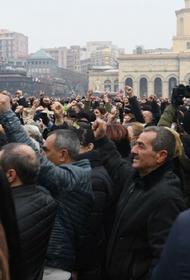 В Ереване оппозиция заблокировала здание полиции и требует встречи с главой ведомства