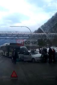 В горах Сочи автобус врезался в легковой автомобиль