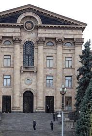 К зданию парламента Армении стянули ОМОН и спецназ, на балконах расположились снайперы