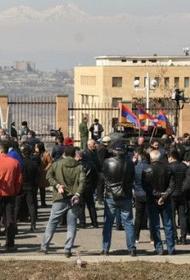 В Ереване, у здания Минобороны Армении прошел митинг в поддержку НГШ Оника Гаспаряна
