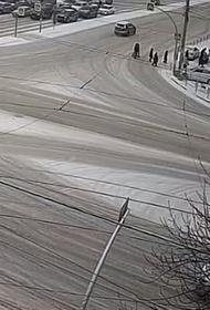 В Челябинске пешеход, угодив под машину, встал и продолжил свой маршрут