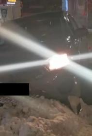В Красноярске внедорожник влетел в остановку, пострадали подростки