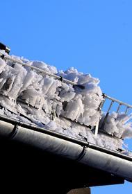 В Ярославле женщина с маленьким ребенком чудом увернулись от летящего с крыши снега