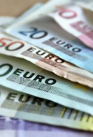 Курс доллара на торгах 23 марта поднялся выше 76 рублей, евро - выше 90