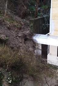 В Сочи сошел оползень, грунт подошел вплотную к жилому дому