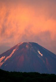 Альпинист сорвался в ущелье с вулкана на Камчатке и погиб