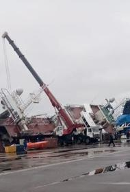 На петербургском судостроительном заводе перевернулся траулер с людьми. Пропали два человека