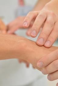 Названы ранние симптомы артрита кистей рук
