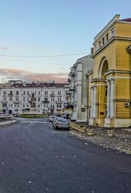 «Мирная акция» в Одессе: радикалы закидали файерами консульство России