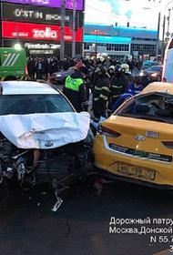 Водитель каршеринга уходил от погони и врезался в такси на юге столицы