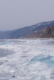 Два грузовика провалились под лед на Байкале