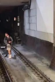 В столице на станции метро «Красносельская» спасли упавшую на рельсы девушку