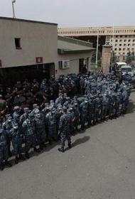 В Ереване протестующие осаждают здание Минобороны Армении