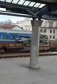Американский телеканал CNN показал украинский военный ж/д-эшелон с танками, назвав его российским
