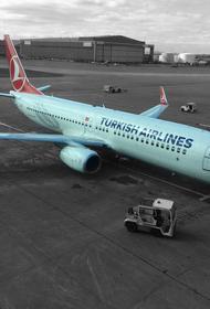 Приостановка авиасообщения с Турцией: люди стоят в многочасовой очереди, чтобы сдать билеты на свой рейс