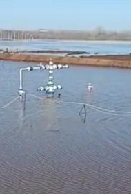 В Оренбурге река Тока затопила нефтяные вышки