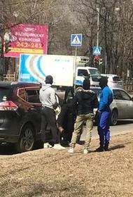 «Много людей в масках»: в Хабаровске посреди дня устроили стрельбу