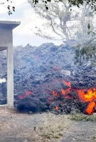 Поток лавы из вулкана Пакая в Гватемале протянулся почти на 2,5 км, уничтожает фермы и приближается к населенному пункту Сан-Висен