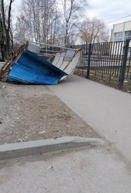 В Перми на женщину упала остановка. Мэр города советует не выходить из дома