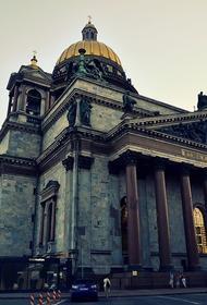 Во время грозы молния ударила в крест Исаакиевского собора в Петербурге