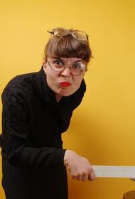 Вызывает приступы агрессии? Учительница, унизившая школьницу за яркий макияж, обвинила во всем  вакцину от коронавируса