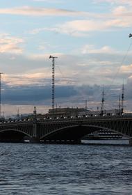 В Санкт-Петербурге прогулочный теплоход врезался в Троицкий мост