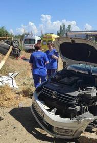 Два легковых автомобиля слетели с Горьковского моста в Керчи