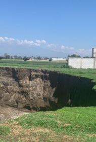 Поле в Мексике провалилось на глазах у местных жителей. Перед этим земля будто взорвалась
