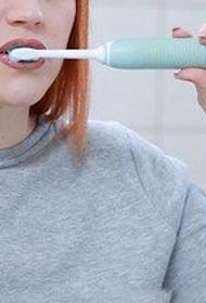 Стоматолог Кинселла заявила, что чистка зубов сразу после еды может привести к кариесу
