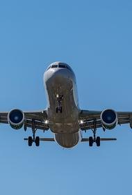 В аэропорту Симферополя самолет Boeing после посадки выкатился за пределы взлетно-посадочной полосы