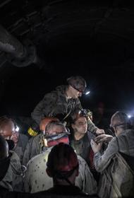 МЧС: Более 140 человек эвакуируют из шахты в Кузбассе после выброса метана, один человек погиб и двое пострадали
