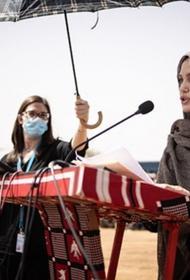 Анджелина Джоли посетила лагерь беженцев в Буркина-Фасо