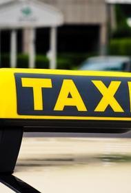 Женщина повредила такси за отказ везти её