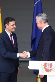 Пресс-конференцию премьера Испании и президента Литвы на базе НАТО в городе Шяуляй прервали из-за неизвестных самолетов в небе