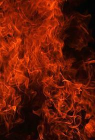В Саратове КамАЗ упал на газовую трубу с моста, что привело к возникновению пожара
