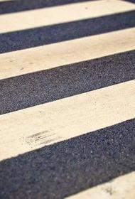 На западе Москвы автомобиль сбил на пешеходном переходе троих детей