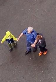 На Южном Урале дети помогли слепому мужчине дойти до дома во время ливня