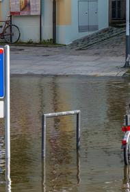 На западе ФРГ власти опасаются увеличения числа случаев заражения COVID-19 из-за наводнения