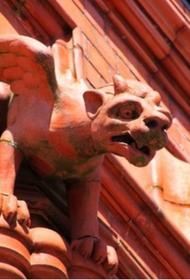 «Сама виновата»: пьяный посетитель облил краской статую химеры в Ливадийском дворце