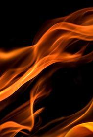 В центре Санкт-Петербурга 51 человек тушит огонь на кровле жилого дома