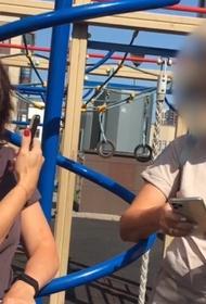 В Петербурге женщина устроила скандал на детской площадке из-за ребят с особенностями развития