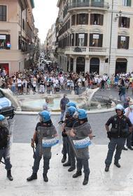 Несколько сотен жителей Рима вышли на акцию протеста против санитарных пропусков