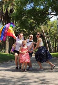 Однополая семья из рекламы «Вкусвилла» вынуждена была бежать в Барселону
