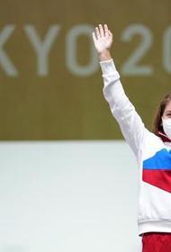 Олимпийскую чемпионку Виталину Бацарашкину в аэропорту Омска встретили песней из «Ведьмака»